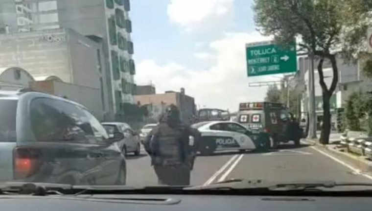 Policía intercepta a militares que arrollaron a una persona en la Ciudad de México. (Foto Prensa Libre: Tomada de Infobae)