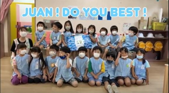 Juan Maegli recibe mensaje de bienvenida a Tokio de niños del Kinder de Tamanawa