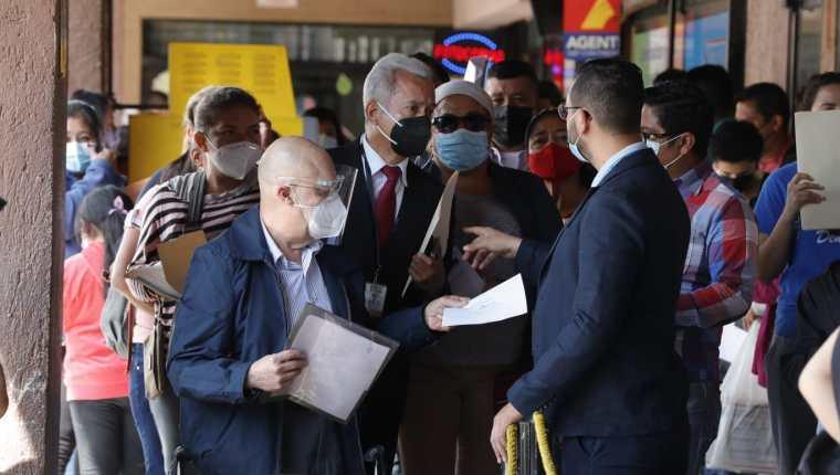 Las colas para pedir la extensión de vigencia del pasaporte iniciaron desde las 5:00 horas. (Foto Prensa Libre: Esbin García)