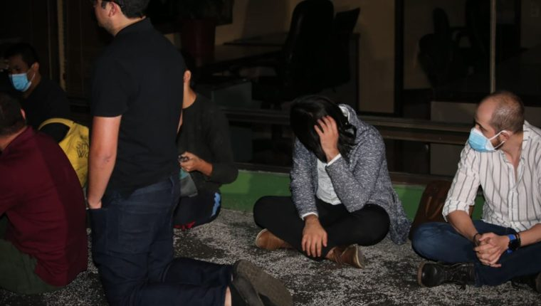 Al notar la llegada de la PNC, los participantes de la fiesta intentaron ocultarse. (Foto Prensa Libre: Twitter de la PNC)