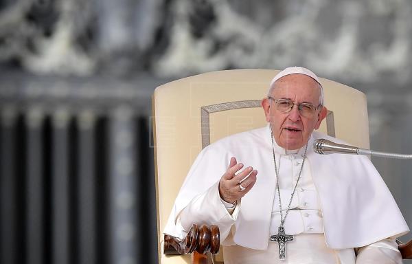 """El papa Francisco """"ha reaccionado bien"""" a operación de un problema de colon"""