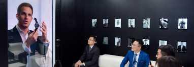 Christoph Grainger-Herr (izq.), CEO de IWC, apareció como holograma para hablar con clientes en Shanghai. (IWC)