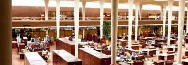 La sede de Johnson Wax en Racine, Wisconsin, fue uno de los primeros edificios de oficinas sin paredes interiores. (Narayan Mahon para The New York Times)