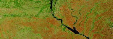 Una imagen satelital de Ucrania central. El cráter Boltysh se ubica al sur del Río Dniéper. (NASA)