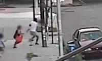 Momento en el que un niño es secuestrado en Nueva York. (Foto Prensa Libre: @NYPDnews)
