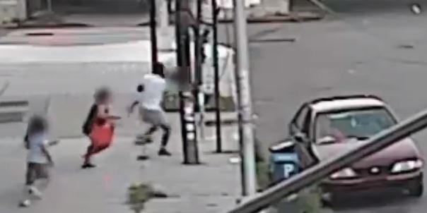 Video: mujer evita secuestro de su hijo y se lo arrebata a los captores del carro en el que lo llevaban