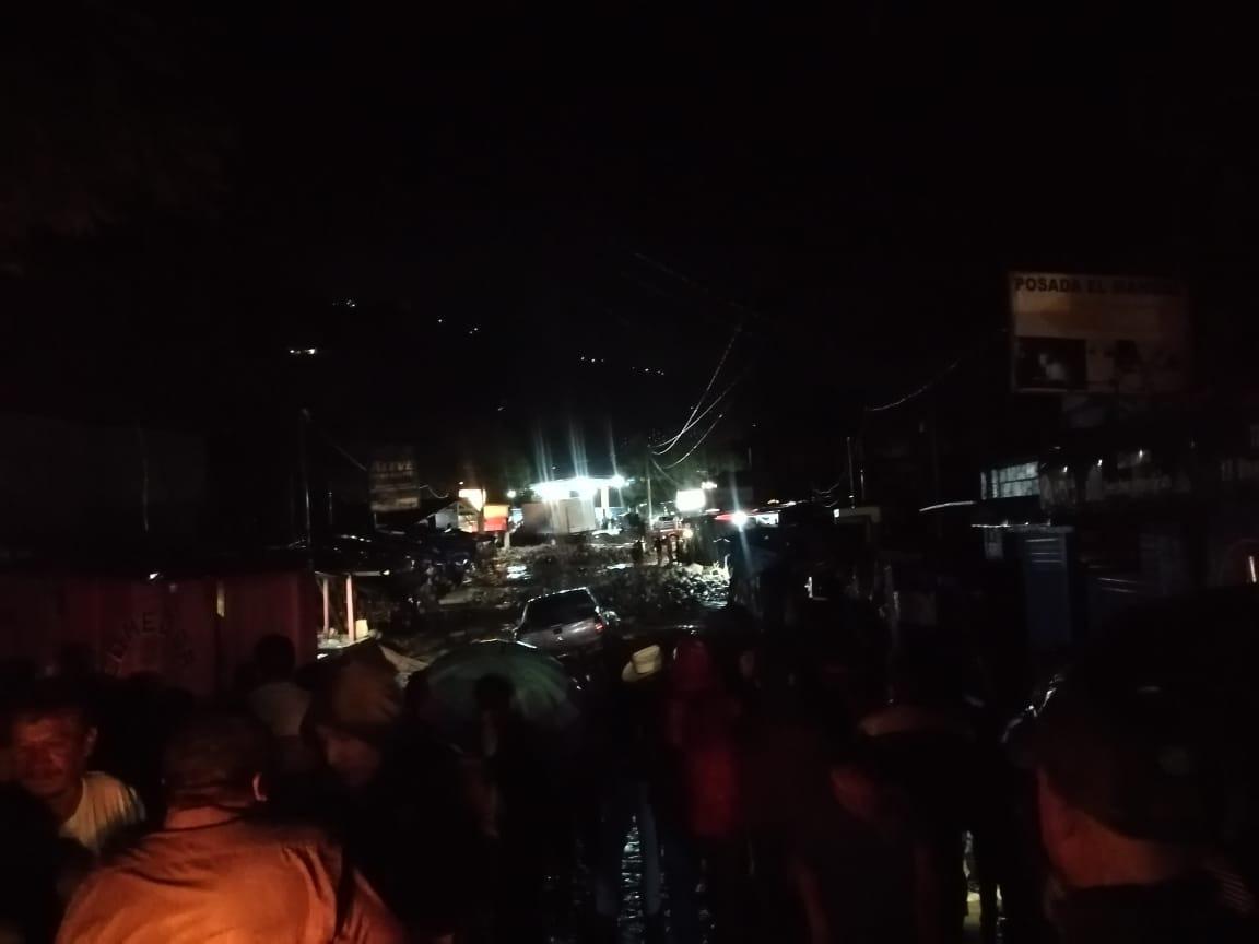 VIDEO: Picop vuelca por una correntada de lodo en Quiché