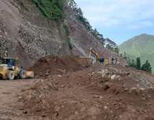 Socorristas utilizan maquinaria para retirar rocas y tierra que dejaron sepultados varios vehículos en Tajumulco, San Marcos. (Foto Prensa Libre: Conred)