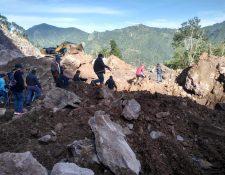 Socorristas fueron apoyados con maquinaria para retirar los escombros que dejó un derrumbe en Tajumulco, San Marcos. (Foto Prensa Libre: Conred)