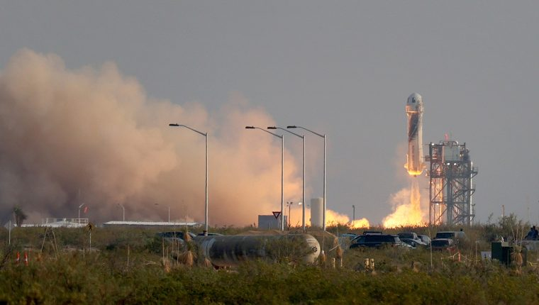 El cohete New Shepard Blue Origin despega de la plataforma de lanzamiento con Jeff Bezos junto con su hermano Mark Bezos, Oliver Daemen de 18 años y Wally Funk de 82 años. (Foto Prensa Libre: AFP)