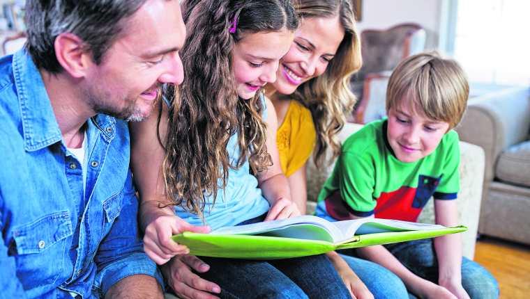 Ver las fotografías con la familia ayuda a crear el sentido de unidad y pertenencia. (Foto Prensa Libre: Shutterstock).