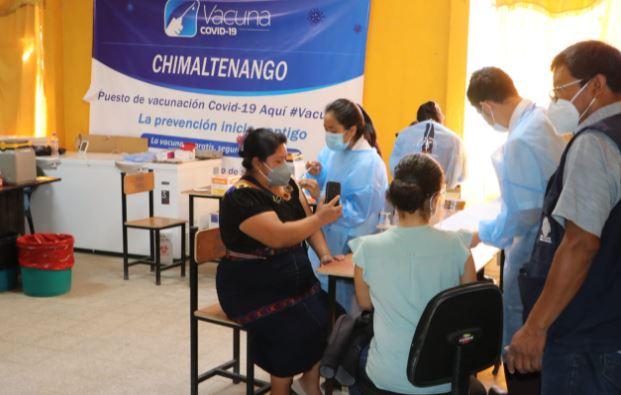Personas se vacunan contra el covid-19 en Chimaltenango. (Foto Prensa Libre: Víctor Chamalé)