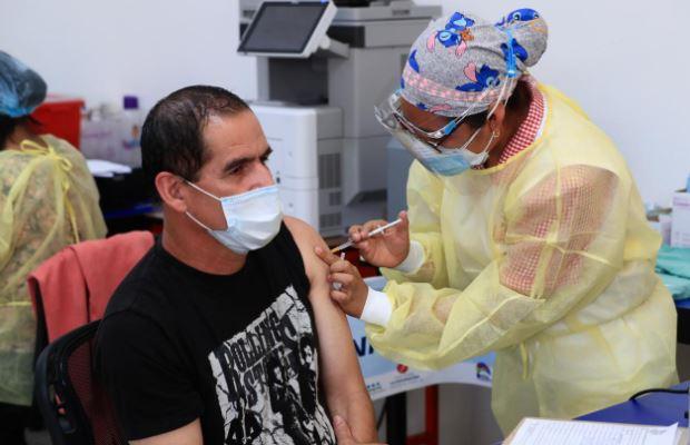 Guatemala vacuna contra el covid-19 a personal de distintos sectores. (Foto Prensa Libre: Elmer Vargas)