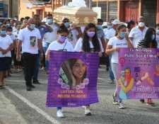 La emotiva despedida de Melissa Palacios presenció a personas utilizando camisas con mensajes, varias mantas y cientos de globos blancos. (Foto Prensa Libre: Carlos Hernández)