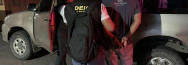 El piloto fue detenido en ruta al Pacífico y fue puesto a disposición de un Juzgado. Foto Prensa Libre: PNC.