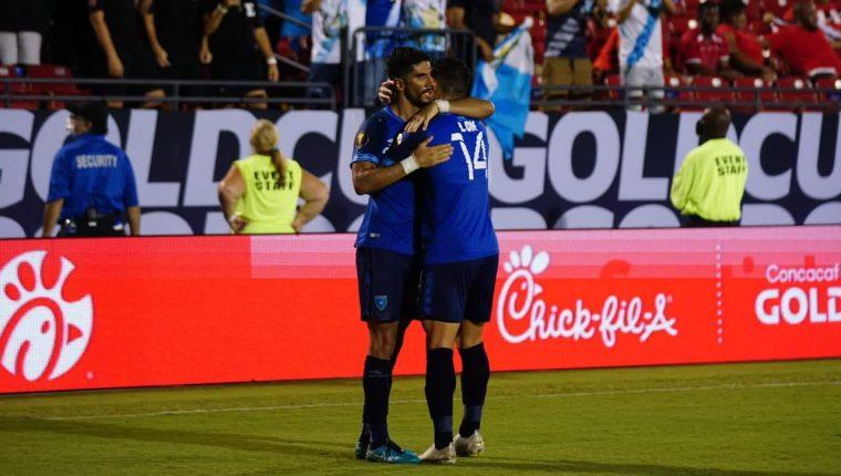 El autor del gol, Gerardo Gordillo el empate ante Trinidad y Tobago abrazado a Darwin Lom (14). (Foto Prensa Libre: Fedefut)