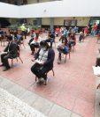 Expertos aseguran que vacunar a docentes y estudiantes deja en una situación critica a adultos mayores que aún no saben como acceder a la vacuna. Fotografía: Prensa Libre (Erick Ávila).