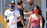 Messi y Antonela salen de un centro de vacunación en Miami, Florida, Estados Unidos. (Foto Grosby).