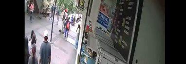 Esta lamentable incidente se dio en la calle Colón y López Cotilla, en Jalisco, Guadalajara. (Foto Prensa Libre: @ErnestoJrz/Twitter)
