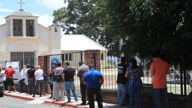 Personas mayores de 40 años buscan vacunarse en Lavarreda, zona 18 capitalina. (Foto Prensa Libre: Élmer Vargas)