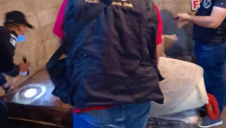 Investigadores de la Policía Nacional Civil recaban evidencias en Barberena, Santa Rosa, por un caso de abuso contra tres niños. (Foto Prensa Libre: PNC)