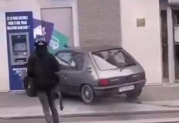 Asalto frustrado: ladrones intentan robar cajero automático y terminan escapando con las manos vacías