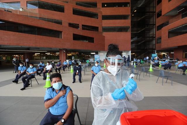Este sábado se habilitó un centro de vacunación en las instalaciones de la UVG. (Foto Prensa Libre: Érick Ávila)