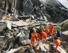 Socorristas buscan sobrevivientes en un derrumbe de un hotel en Suzhou, en el este de China. (Foto Prensa Libre: Twitter @Wolverineupdate)