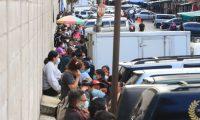 Cientos de guatemaltecos hacen fila para hacerse una prueba de covid-19 en el Centro Móvil de El Guarda, en la capital. (Foto Prensa Libre: Carlos Hernández Ovalle)