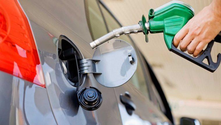 Los precios de los combustible siguen al alza y no reportan la baja estacional que esperaban las autoridades. (Foto, Prensa Libre: Hemeroteca PL).