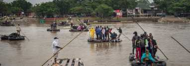 El río Suchiate es utilizado por coyotes para llevar a migrantes a suelo estadounidense.  (Foto Prensa Libre: EFE)