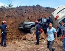 Varios vehículos quedaron soterrados luego de un derrumbe en una carretera en Tajumulco, San Marcos. (Foto Prensa Libre: Bomberos Municipales Departamentales)