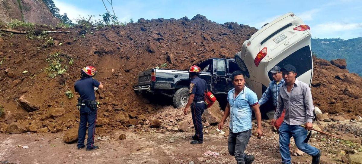 Derrumbe sepulta vehículos en carretera de Tajumulco y se menciona que hay varios muertos