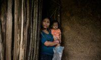 """-FOTODELDÍA- AME9582. LA PALMILLA (GUATEMALA), 21/11/2020.- Una madre sostiene a su niña de 2 años, el 24 de octubre de 2020, en la Palmilla, Camotán (Guatemala). Todos los fines de semana en el departamento de Chiquimula, 175 kilómetros al noreste de la Ciudad de Guatemala, la asociación humanitaria Antigua al Rescate intenta auxiliar a 600 niños que cada mes presentan serios problemas de peso debido a la falta de alimentos. El equipo humanitario de Antigua al Rescate atiende niños en el municipio de Camotán, en Chiquimula, en el denominado """"Corredor Seco"""" del territorio, donde se acumula el hambre para miles de familias guatemaltecas de escasos recursos. En mayo pasado, un informe del Ministerio de Salud guatemalteco certificó que se triplicaron los casos de desnutrición aguda en menores de cinco años en comparación con 2019, con 13.740 casos confirmados. Sin embargo, según expertos las cifras son ampliamente superiores debido al subregistro existente. EFE/ Esteban Biba"""