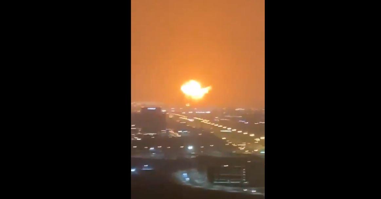 Impresionante explosión en puerto cercano a Dubái queda grabada en video