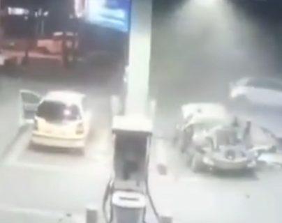 El impactante video del momento que explota un carro en una gasolinera