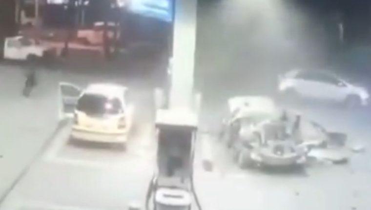 Un vehículo explotó en una gasolinera de Colombia. (Foto Prensa Libre: Twitter)