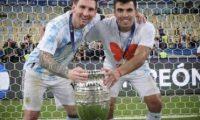 Marcos Acuña posa con Leo Messi y la Copa América que ganaron el sábado 10 de julio ante Brasil. Foto Prensa Libre: Redes.