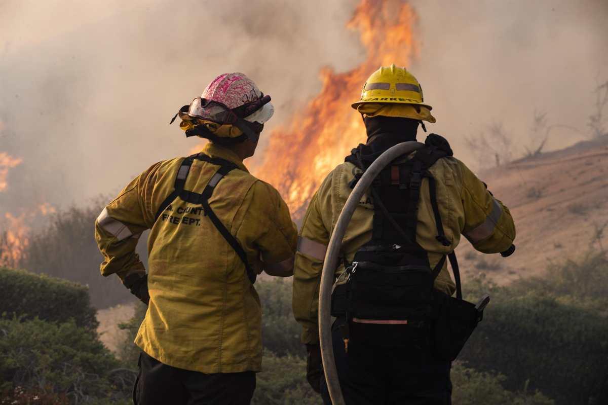 Incendio en California: las más de 36 mil hectáreas quemadas y la lucha de tres mil bomberos por detener el fuego