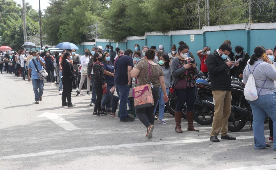 Fotografías: Cientos de maestros hacen largas filas para vacunarse contra el coronavirus en el IGSS de la zona 5