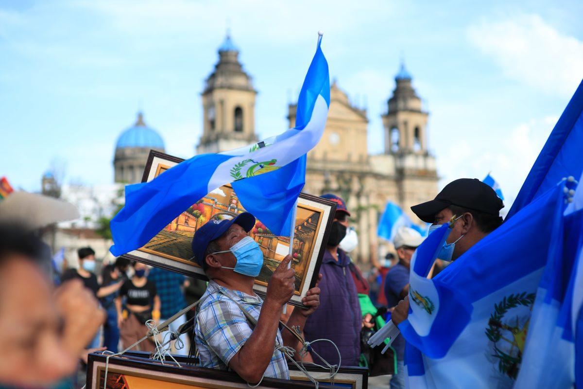 Demanda ciudadana en la plaza: piden vacunas y renuncia del presidente