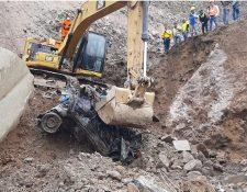 Tres motos y un vehículo han sido localizados en el derrumbe en Tajumulco. (Foto Prensa Libre: Conred)