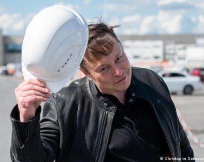 Elon Musk en la nueva fábrica de Tesla en Grünheide, cerca de Berlín. (Christophe Gateau/dpa/picture alliance)