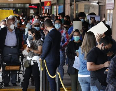Guatemaltecos abarrotan centro de emisión de pasaportes luego del anuncio de prórroga de las cartillas vencidas