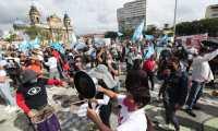 Así estaba el panorama pasada el mediodía en la Plaza de la Constitución. (foto Prensa Libre: Érick Ávila)