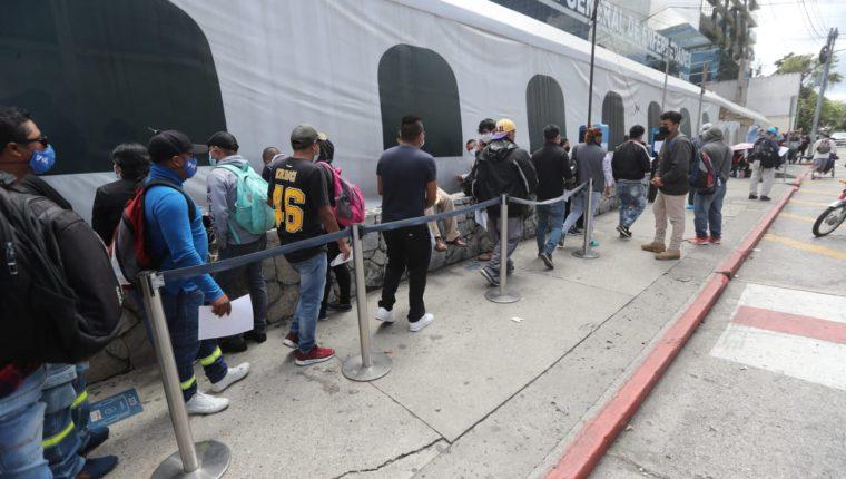 Guatemaltecos buscan hacerse pruebas de covid-19, en medio de incertidumbre sobre datos de casos de contagios. (Foto Prensa Libre: Érick Ávila)