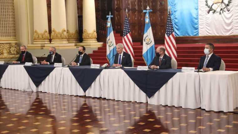 Canciller Pedro Brolo junto a senadores de Estados Unidos en la conferencia de prensa conjunta luego de la reunión con el presidente Alejandro Giammattei. (Foto Prensa Libre: Presidencia de Guatemala)