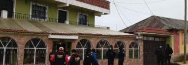 Fiscales del MP y agentes de la PNC durante uno de los allanamientos en Sibilia, Quetzaltenango. (Foto Prensa Libre: MP)