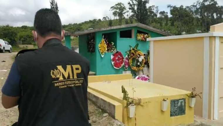 Fiscales del MP acuden al cementerio de Jalapa en donde fue profanada la tumba de Karla Canté Buezo. (Foto Prensa Libre)