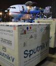 La madrugada de este jueves 15 de julio aterrizó en el Aeropuerto Internacional La Aurora de Guatemala, el avión que trajo un lote de 310 mil dosis de vacuna Sputnik V. (Foto Prensa Libre: Ministerio de Salud)
